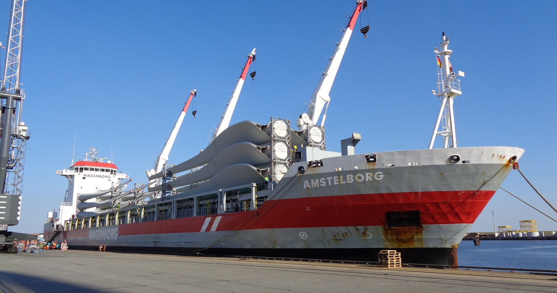 m.v. Amstelborg delivers wind turbines at the Great Lakes