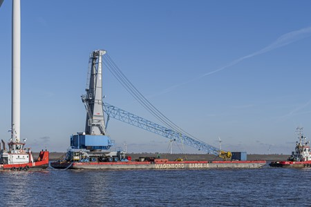 Sea towage of mobile harbor crane to Rotterdam