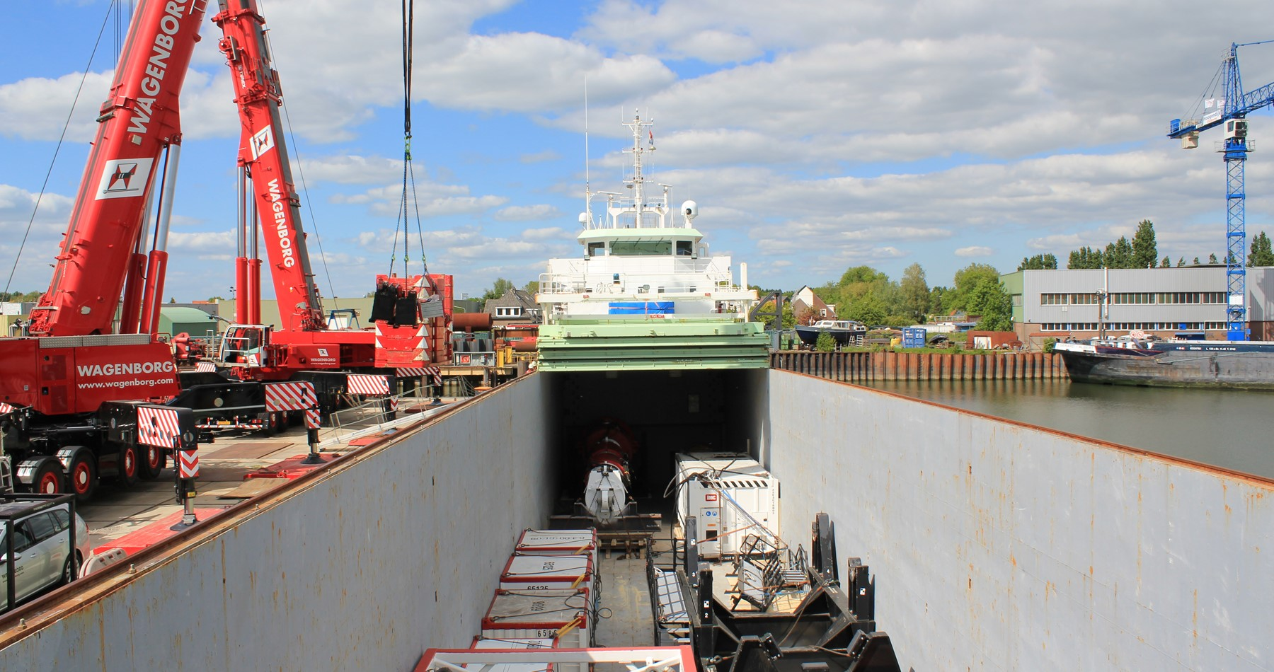 MV Jade loads project cargo with assistance Wagenborg cranes